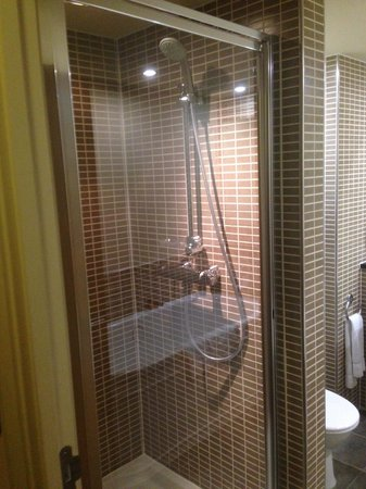 Mercure Sheffield Parkway : Room 303 bathroom (shower)