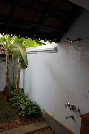 Kumarakom Lake Resort: Outdoor shower.