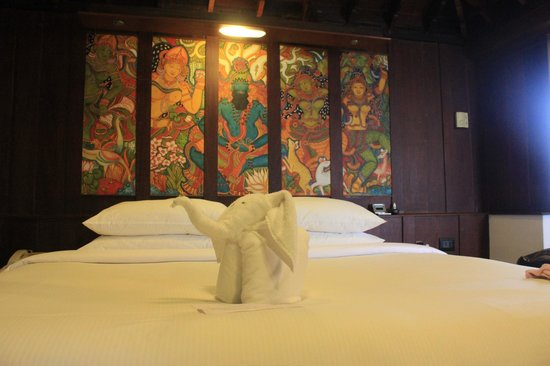 Kumarakom Lake Resort: Our bed on the second floor...lovely!