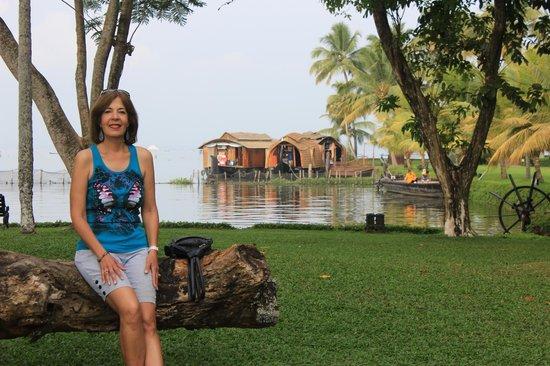 Kumarakom Lake Resort: Hotel grounds.
