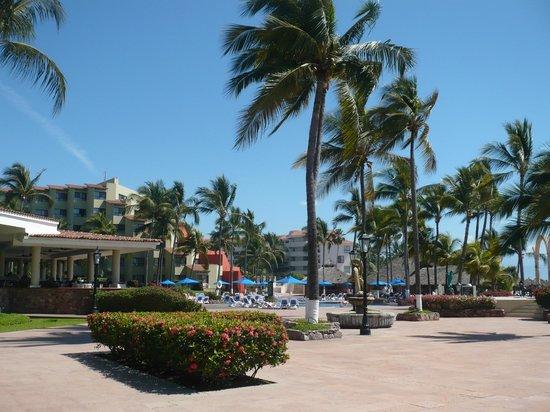 Occidental Nuevo Vallarta : Derrière de l'hôtel face à la plage!