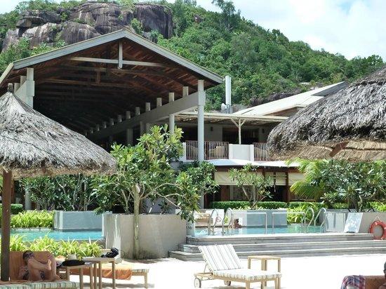 Kempinski Seychelles Resort : Blick v.Strand über Pool zu Restaurant + Haupthaus