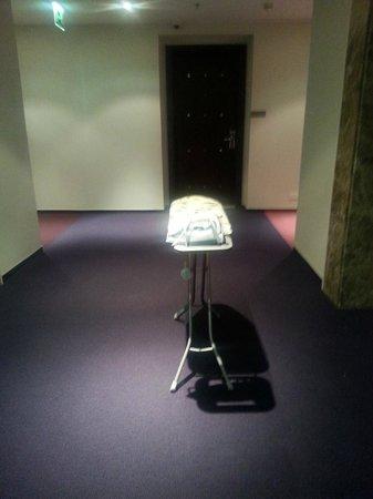 Hawthorn Suites by Wyndham Dubai, Jbr: kurz mal das bügelbrett vorm lift am gang vergessen;-)