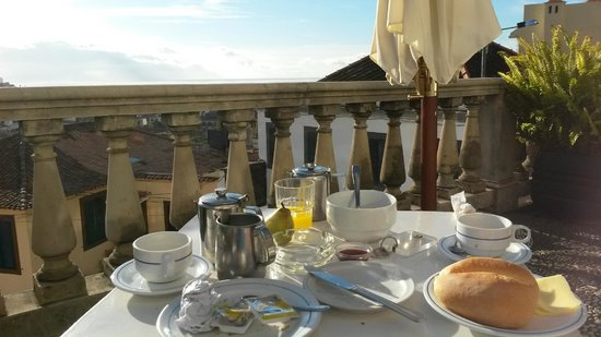 Hotel Monte Carlo: Breakfast on the front terrace
