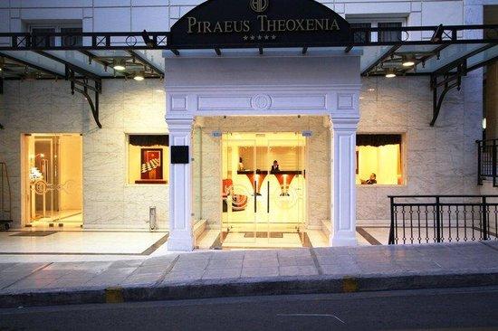Piraeus Theoxenia Hotel: Hotel Entrance Night