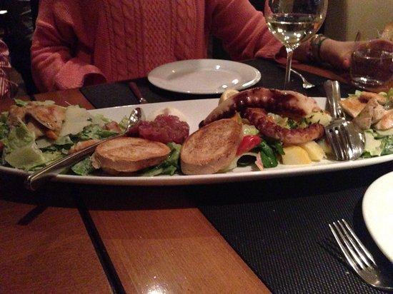 Marina Ristorante : En un plato nos pusieron para compartir el pulpo a la brasa, tartar de atún y ensalada César