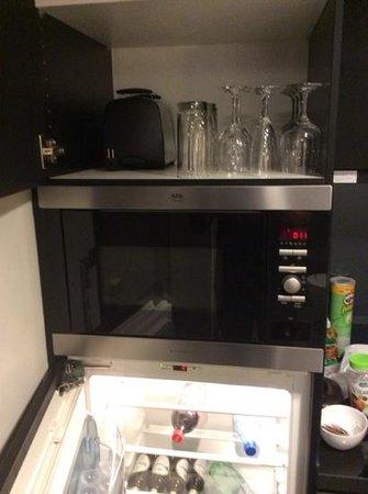 Adina Apartment Hotel Berlin Hackescher Markt: microwave, fridge, & glasses