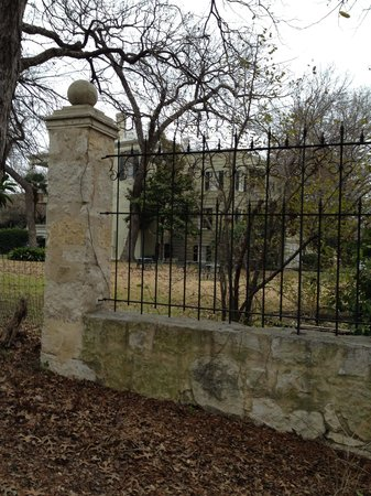 Noble Inns - The Oge House, Inn on the Riverwalk: Looking at side yard from Riverwalk