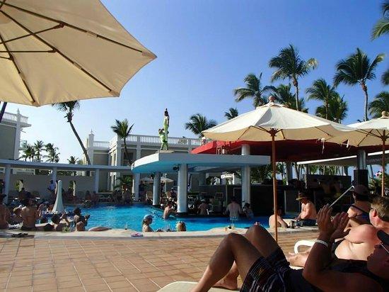 Hotel Riu Palace Bavaro: Pool Bar with Acrobatics show on roof!