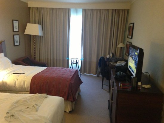 Corinthia Hotel Lisbon: Twin bed with TV and a nice view looking into the city