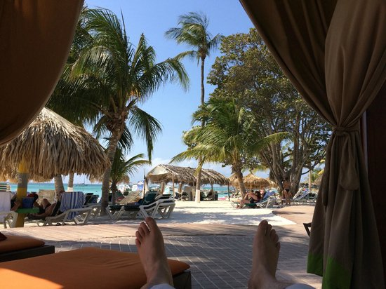 Holiday Inn Resort Aruba - Beach Resort & Casino: laying out poolside