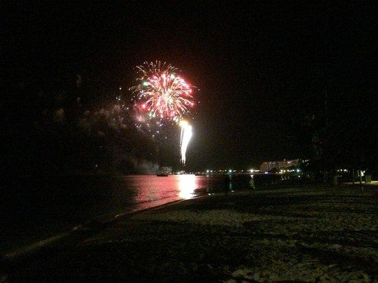Holiday Inn Resort Aruba - Beach Resort & Casino: Fireworks on the beach