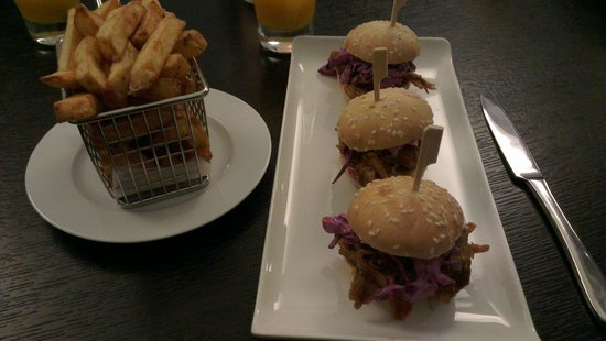 Renaissance Manchester City Centre Hotel: Pulled pork sliders with chips for dinner. A very good choice.