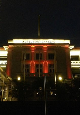Hotel Fort Canning : the hotel at night