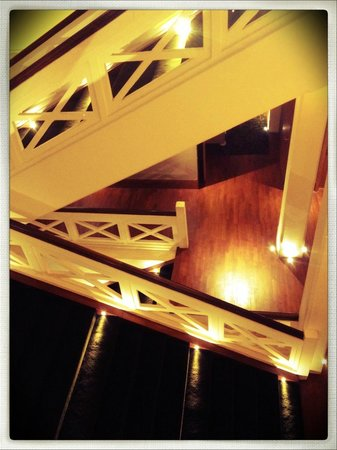 Hotel Fort Canning: hotel staircase