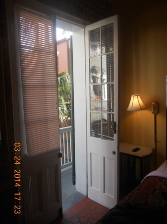 Bon Maison Guest House: Charming shutter doors!