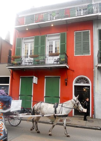Bon Maison Guest House: Main house with balcony over Bourbon Street