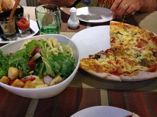 Pullman Pattaya Hotel G: The Pizza and Salad du Chef we had