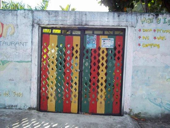 Hostal Mar e Iguana: Doors to hostel