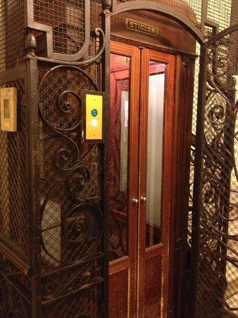 SuiteDreams Hotel: Old lift