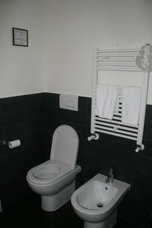 SuiteDreams Hotel: Bathroon - White Room