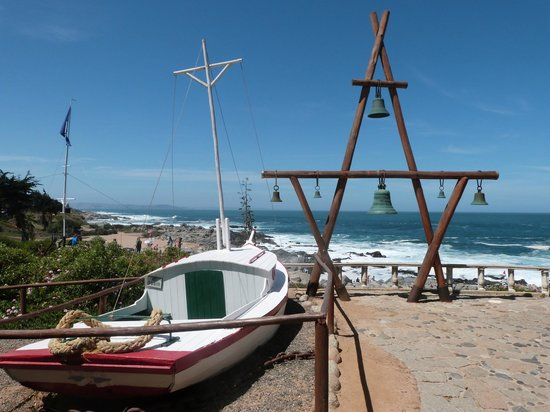 Pablo Neruda's House: Vista do pátio da casa, logo na entrada, para o Pacífico e um barco que Pablo comprou como enfei