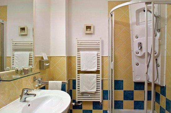 Mamaison Hotel Andrassy Budapest: Classic Room Bathroom at Mamaison Hotel Andrassy
