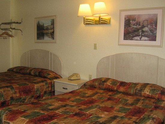 Americas Best Value Inn : Two Queen Beds