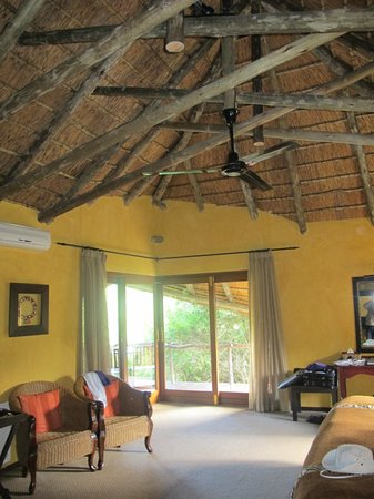 Lalibela Game Reserve : Thatched roof lodge!