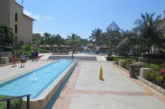 Sandos Playacar Beach Resort: grounds