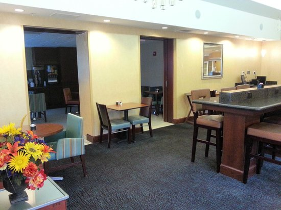 Residence Inn Fort Myers: Dining Area to Serving Area