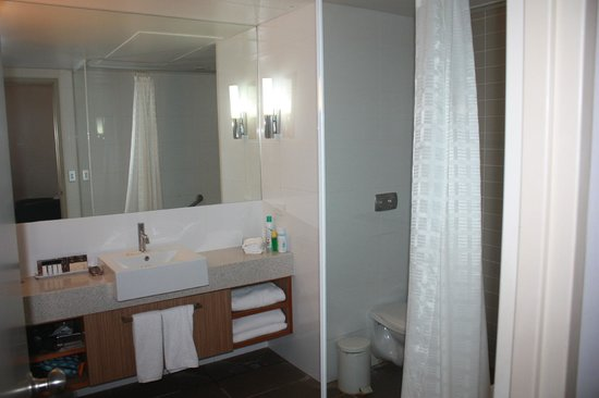 Desert Gardens Hotel, Ayers Rock Resort: Shower/bath with toiletries and hairdryer