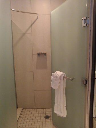 Ravel Hotel, A Trademark Collection Hotel: Douche séparée