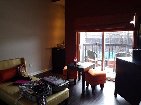 Ravel Hotel, A Trademark Collection Hotel: Vue coin salon avec mini bar tout au fond à gauche