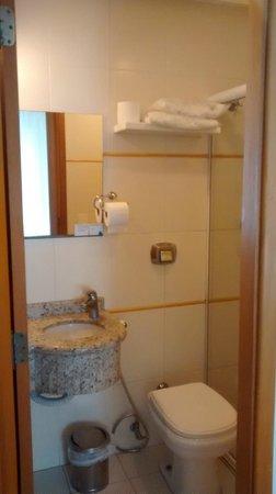 Atlantico Inn: Banheiro pequeno porém com boa ducha