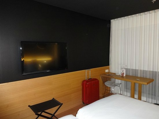 Barcelo Sants: TV and desk