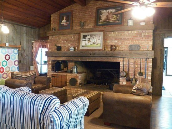 Patchwork Quilt Inn : Cozy fireplace