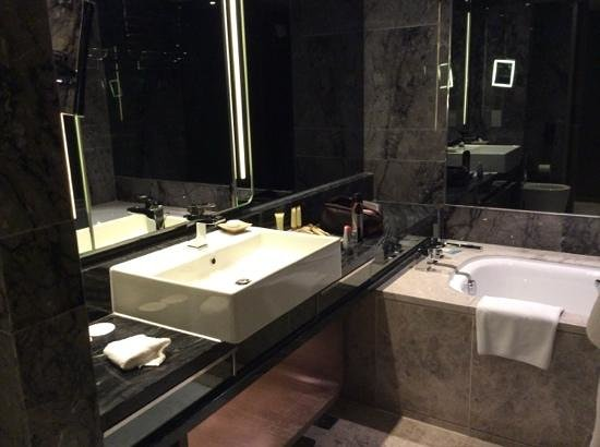 Royal Plaza Hotel : marble bathroom