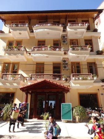 Sapa Lodge : 道路からのホテル外観