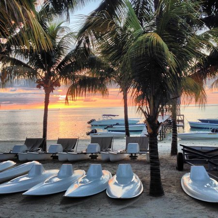 Trou aux Biches Beachcomber Golf Resort & Spa: Sunset simmers