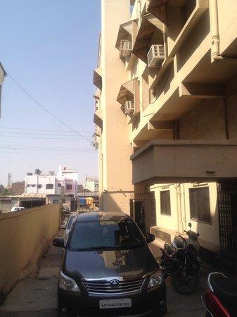 Saffron Hotel: Private parking