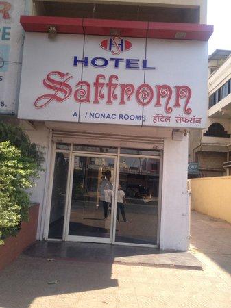 Saffron Hotel: Entrance