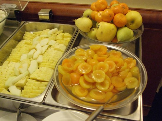 Starhotels Business Palace : Fresh sliced and whole fruits
