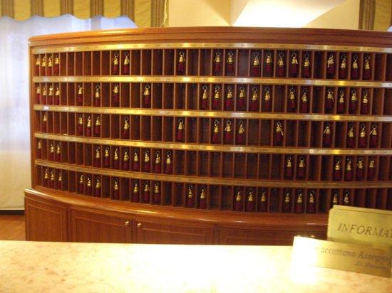 Starhotels Business Palace: Front desk wall of keys