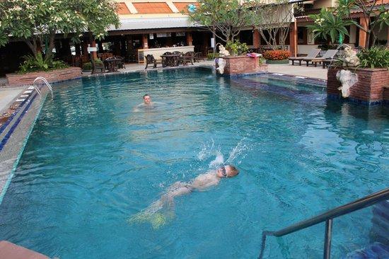 Sabai Resort: красивый бассейн