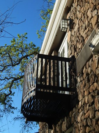 Hotel Yountville: Morning view looking up from patio