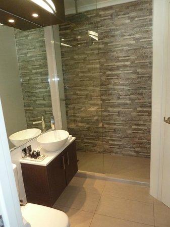 Pier 21 Apartment Hotel: Classy bathroom