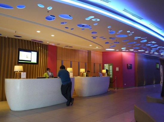 ibis Styles Kuala Lumpur Fraser Business Park: reception counter