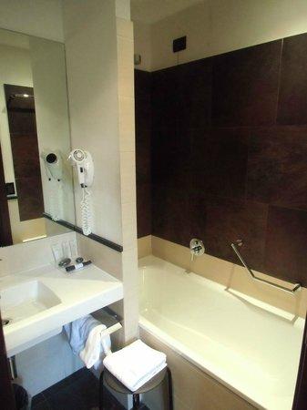 Hotel Re di Roma: バスタブ付だがシャワーカーテンはない