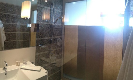 Radisson Blu Media Harbour Hotel, Dusseldorf : ванная комната с наклееной бумагой